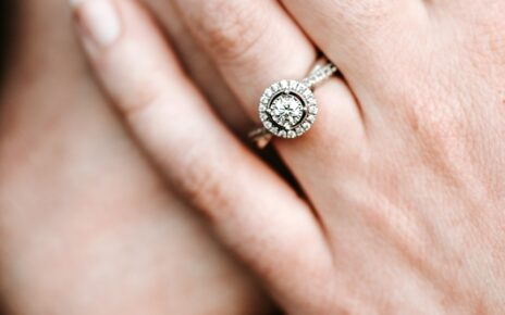 What Are The Tips To Pick The Engagement Diamond Ring